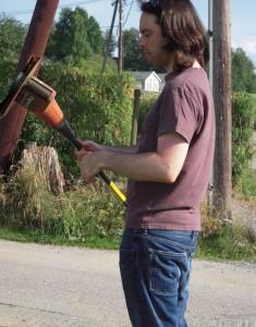 Matthew fra New Zealand er i gang med kantklipperen på sommerdugnaden på Salen