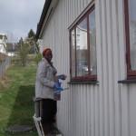 Rosalyn vasker vinduer utvendig under dugnaden i mai 2015